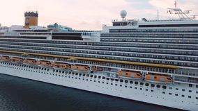 Ci?rrese para arriba para las cabinas del barco de cruceros, Nueva Zelanda existencias Vista lateral de un trazador de l?neas her almacen de video