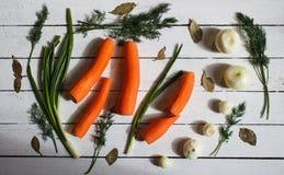 Ci sono alcuni verde, carote e cipolle bianche Immagini Stock Libere da Diritti