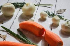 Ci sono alcuni verde, carote e cipolle bianche Immagini Stock