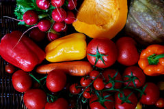 Ci sono ortaggi freschi ordinati sulla tavola Fotografia Stock Libera da Diritti