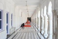 Tempio dorato in corridoio laterale. fotografia stock libera da diritti