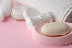 Ciało i skóry opieki produkty w biały pakować na różowym delikatnym tle higieny ogłoszenia towarzyskiego produkty obrazy royalty free