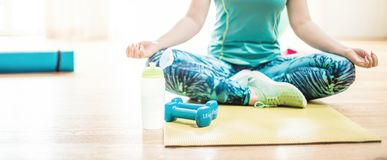 Ciało i umysłu trening w loft sprawności fizycznej studiu obraz stock