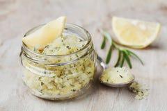 Ciało pętaczka morze sól z cytryną, rozmarynami i oliwa z oliwek w szklanym słoju na kamienia stole, Obrazy Royalty Free