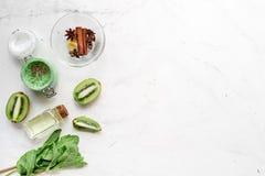 Ciało pętaczka z kiwi w kosmetyka pojęcia tła odgórnego widoku białym mockup Zdjęcie Royalty Free