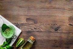 Ciało pętaczka z kiwi w kosmetyka pojęcia tła odgórnego widoku drewnianym mockup Zdjęcia Stock