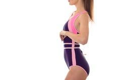 Ciało piękna szczupła dziewczyna w ciała swimsuit który stoi z ukosa i bierze talia faborek zdjęcia royalty free