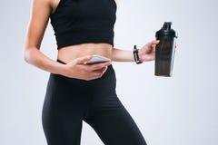 Ciało sprawności fizycznej, schudnięcia młoda kobieta z butelką i ręki Sporta zegar na kobiety ` s ręce Obraz Royalty Free