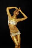 Ciało sztuka. Barwić. Pełen wdzięku kobieta z Błyszczącym Złocistym Makeup w zadumie. Złota statua obraz stock