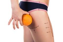 Ciało z cellulitis i pomarańcze owoc obrazy royalty free
