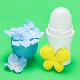 Ciała antiperspirant dezodorant z na kwiatach Fotografia Stock