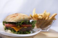 Ciabatta, белизна, изолированная, белая предпосылка, еда, хлеб, Cheeseburger, сыр, гамбургер, мясо, салат, говядина, плюшка, бург Стоковое Изображение RF