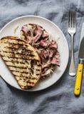 Ciabatta стейка говядины зажарило сэндвичи с домодельным соусом мустарда на серой предпосылке, взглядом сверху майонеза стоковые изображения rf