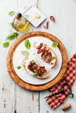 Ciabatta с моццареллой и высушенными Солнцем томатами Стоковое фото RF