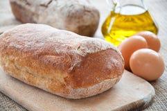 在桌上的家制面包ciabatta 免版税图库摄影