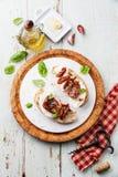 Ciabatta用无盐干酪和各式各样的蕃茄 免版税库存照片