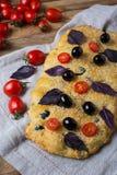 Ciabatta avec l'olive, le sésame, les feuilles de basilic et la tomate-cerise images stock