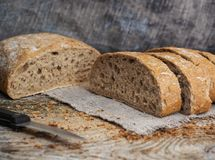 Ciabatta bröd på en trätabell royaltyfria foton