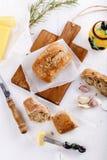 Ciabatta-Brot auf einem hackenden Brett. Draufsicht Lizenzfreies Stockfoto