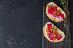 Ciabatta con los salmones de Gravlax de la remolacha con el caviar Fotografía de archivo