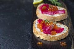 Ciabatta con los salmones de Gravlax de la remolacha con el caviar Imágenes de archivo libres de regalías