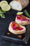 Ciabatta con los salmones de Gravlax de la remolacha con el caviar Imagen de archivo libre de regalías