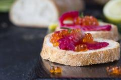 Ciabatta con los salmones de Gravlax de la remolacha con el caviar Fotos de archivo