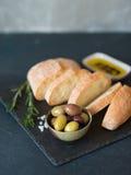 Ciabatta delle olive, dell'olio d'oliva e del pane italiano Fotografie Stock