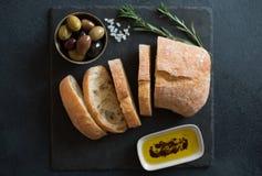 Ciabatta delle olive, dell'olio d'oliva e del pane italiano Immagini Stock