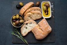 Ciabatta delle olive, dell'olio d'oliva e del pane italiano Immagini Stock Libere da Diritti