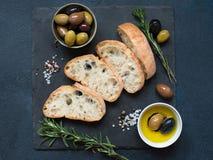 Ciabatta delle olive, dell'olio d'oliva e del pane italiano Fotografia Stock Libera da Diritti