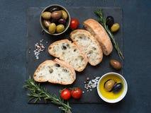 Ciabatta delle olive, dell'olio d'oliva e del pane italiano Immagine Stock Libera da Diritti