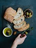 Ciabatta delle olive, dell'olio d'oliva e del pane italiano Fotografia Stock
