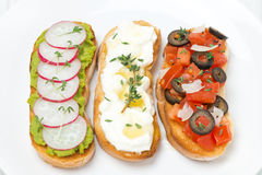 Ciabatta mit Tomaten, Ziegenkäse, Pastete mit grünen Erbsen Stockfotos