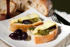 Ciabatta, pesto con formaggio ed olive Fotografie Stock Libere da Diritti