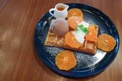 Cialda arancio di suzette con il gelato del cioccolato fotografia stock