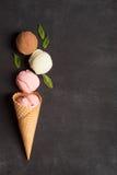 Cialda con le palle del gelato Fotografie Stock Libere da Diritti