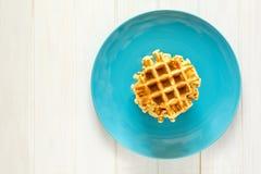 Cialde belghe casalinghe sul piatto blu Fotografie Stock Libere da Diritti