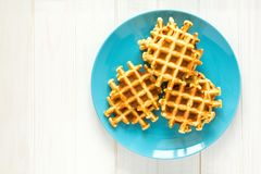 Cialde belghe casalinghe sul piatto blu Fotografia Stock Libera da Diritti