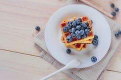 Cialde belghe con i mirtilli sulla tavola di legno leggera Prima colazione sana Immagine Stock Libera da Diritti