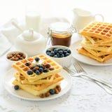 Cialde belghe della prima colazione sana con burro, il mirtillo ed i dadi sulla tovaglia bianca fotografie stock