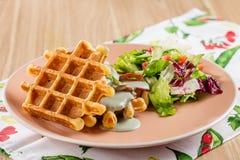 Cialde belghe saporite con la salsa e l'insalata di formaggio Immagini Stock