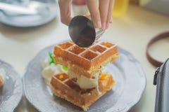 Cialde e gelato con panna montata per la prima colazione Immagine Stock