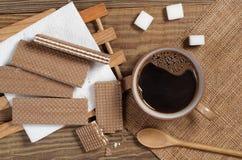 Cialde e tazza di caffè del cioccolato immagine stock libera da diritti