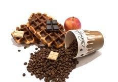 Cialde fresche con la tazza piena dei chicchi e del cioccolato di caffè sul whi Fotografia Stock