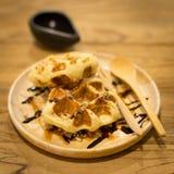 Cialde fresche con sciroppo d'acero e caffè su un fondo di legno Fotografia Stock Libera da Diritti