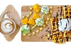 Cialde, gelato, frutta fresca e mocca del caffè Fotografie Stock Libere da Diritti