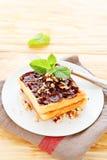 Cialde leggere con cioccolato su un piatto bianco Immagine Stock