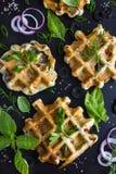 Cialde saporite con formaggio, il prosciutto, le olive e le erbe Immagine Stock Libera da Diritti