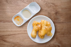 Ciambella cinese di Youtiao sulla tavola di legno Immagini Stock